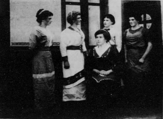 ドイツ兵捕虜徳島俘虜収容所女装娯楽1