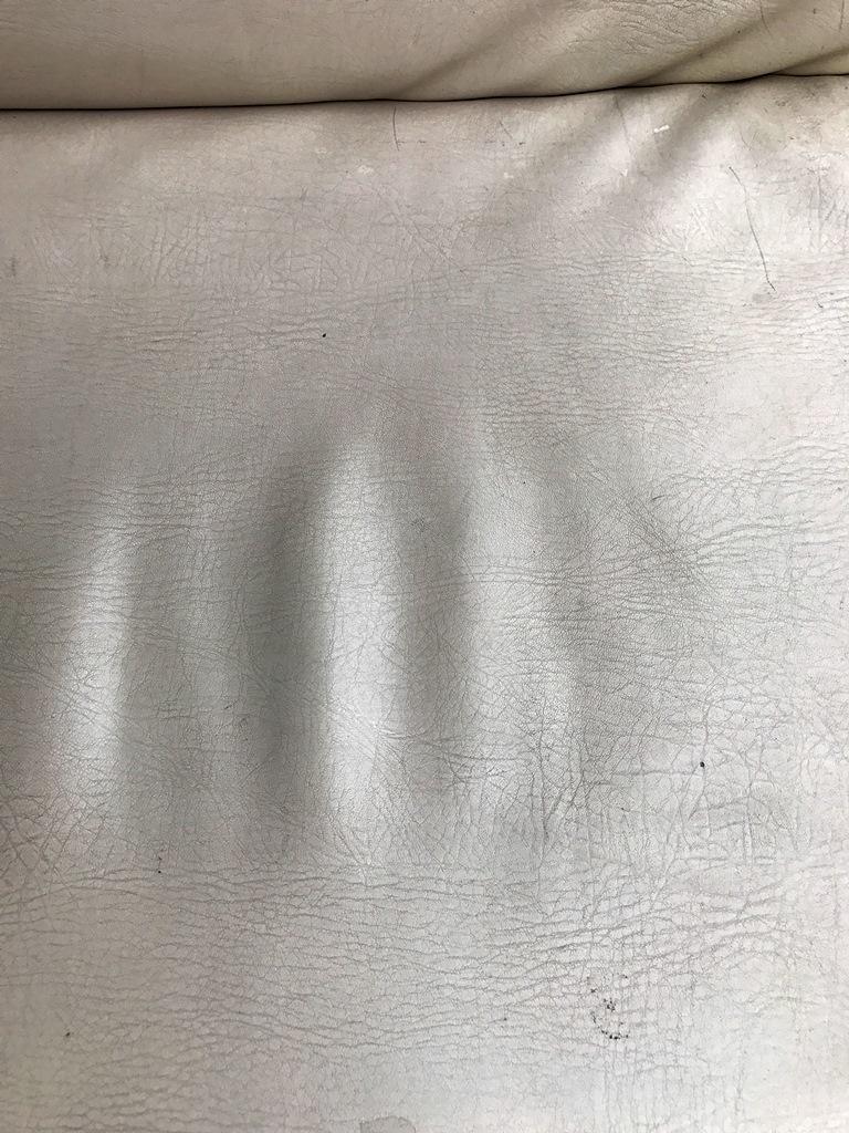 ソファーの割れ目跡1