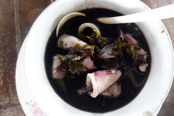 ラーンルンリアンパーマリ_チョンブリー_イカスミとチャムアンのスープ