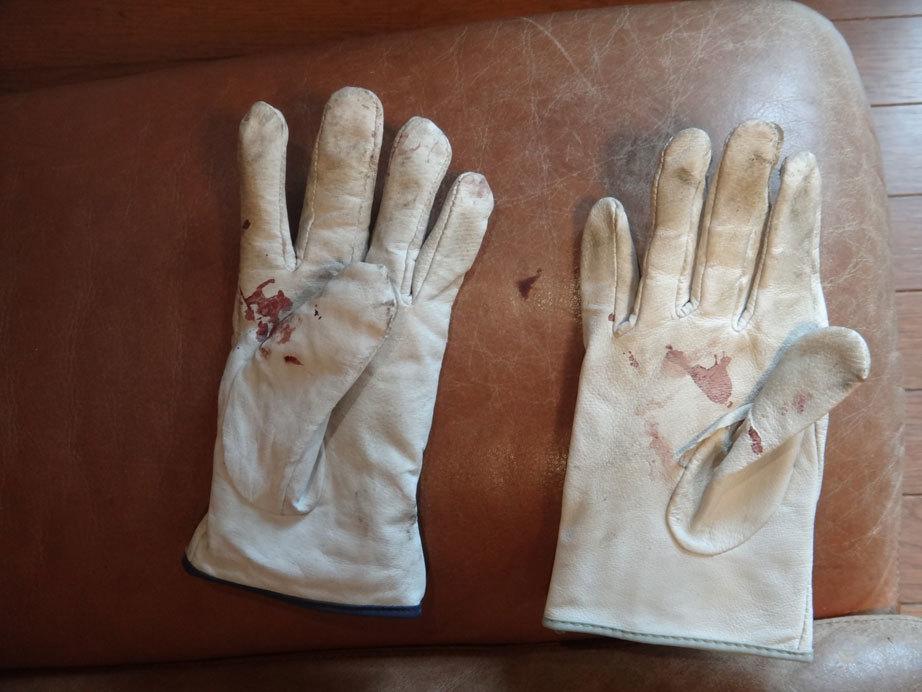 血の革手袋