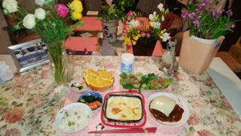 晩御飯 テーブルにもお花あり