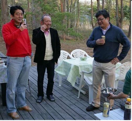 萩生田氏:首相と加計氏との関係は 4年前の3ショット
