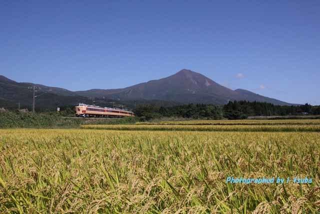 磐梯山を望む485系