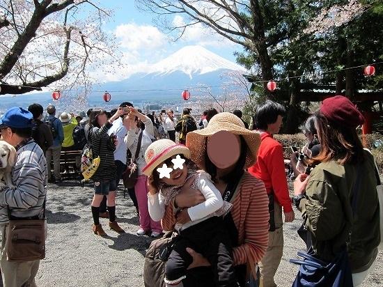 浅間神社階段下広場から富士山