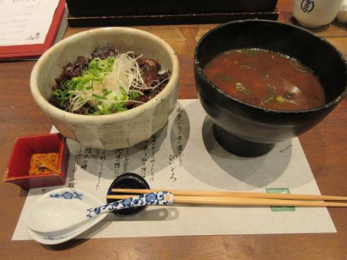 牛すじ丼と味噌汁