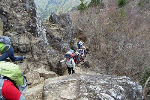 山頂直下のクサリ場