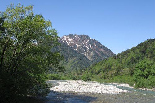 新緑に囲まれた梓川と霞沢岳
