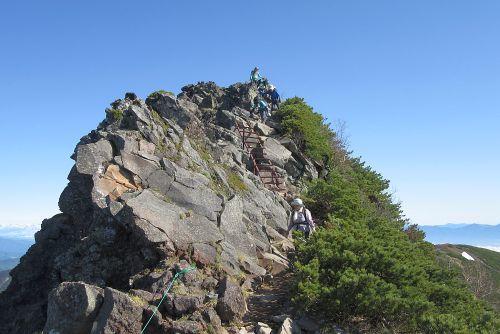 横岳を越えて三しゃ峰へ