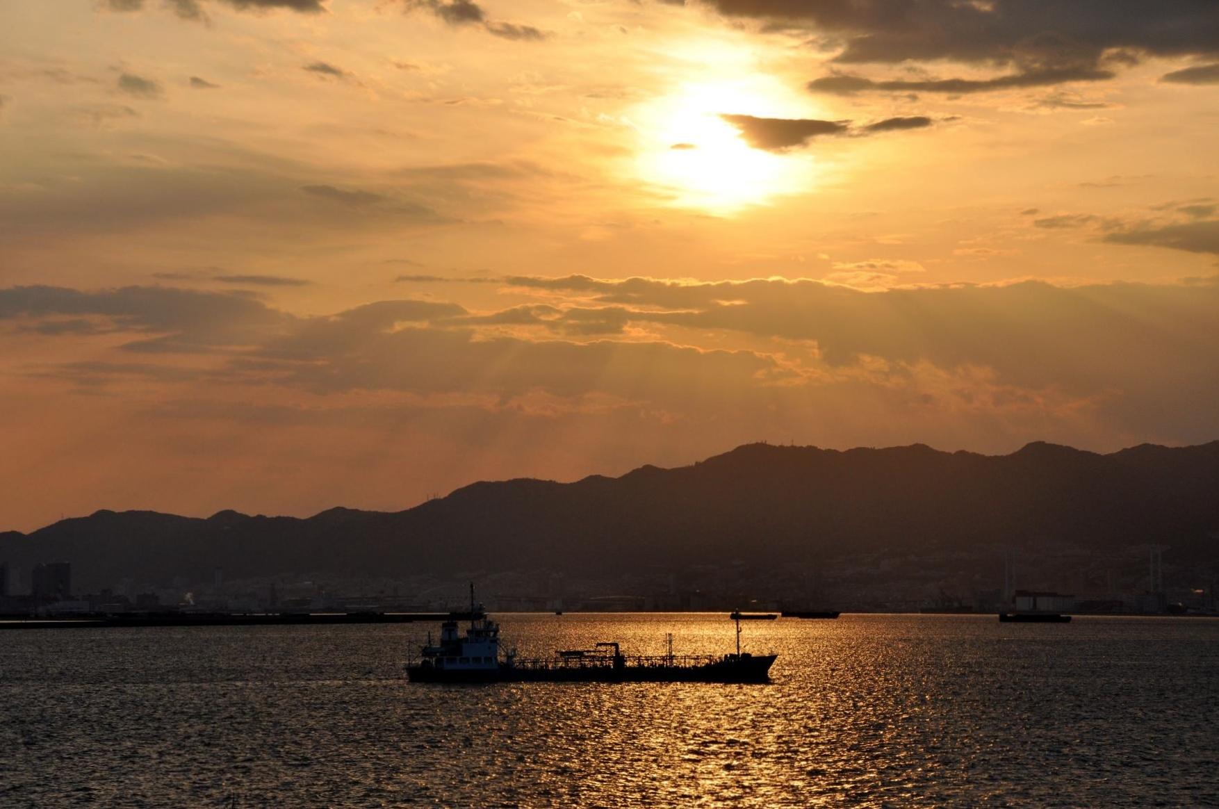 ⑨ゆり園から夕暮れまじかの海を臨む