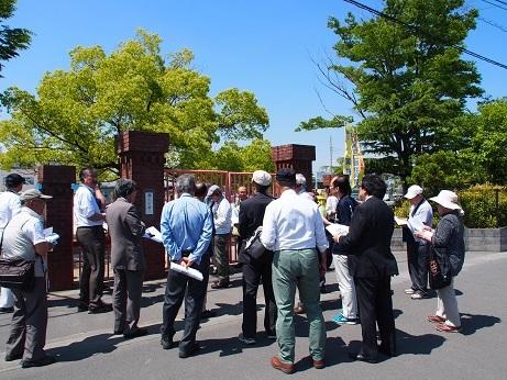P5190040 校門に集まる考古学会の先生たち