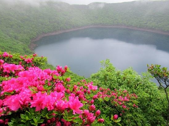 大浪池とミヤマキリシマ