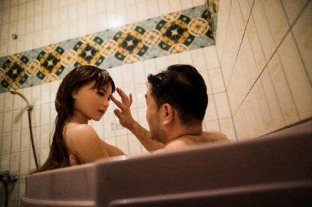 【悲報】妻と娘とラブドールと一緒に暮らす日本人男性 世界的なニュースになる