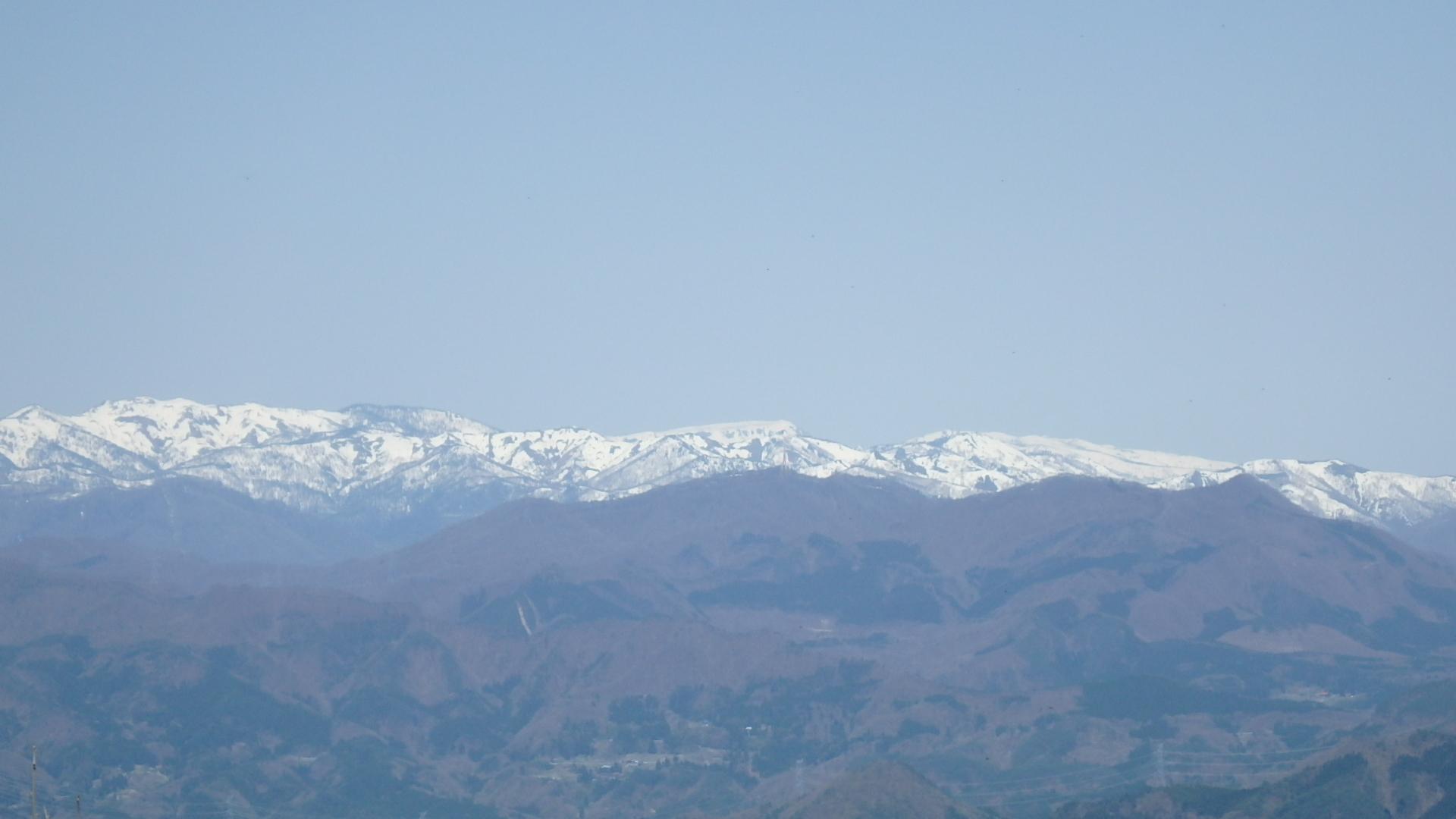 中央の平らな山が苗場山P4302157