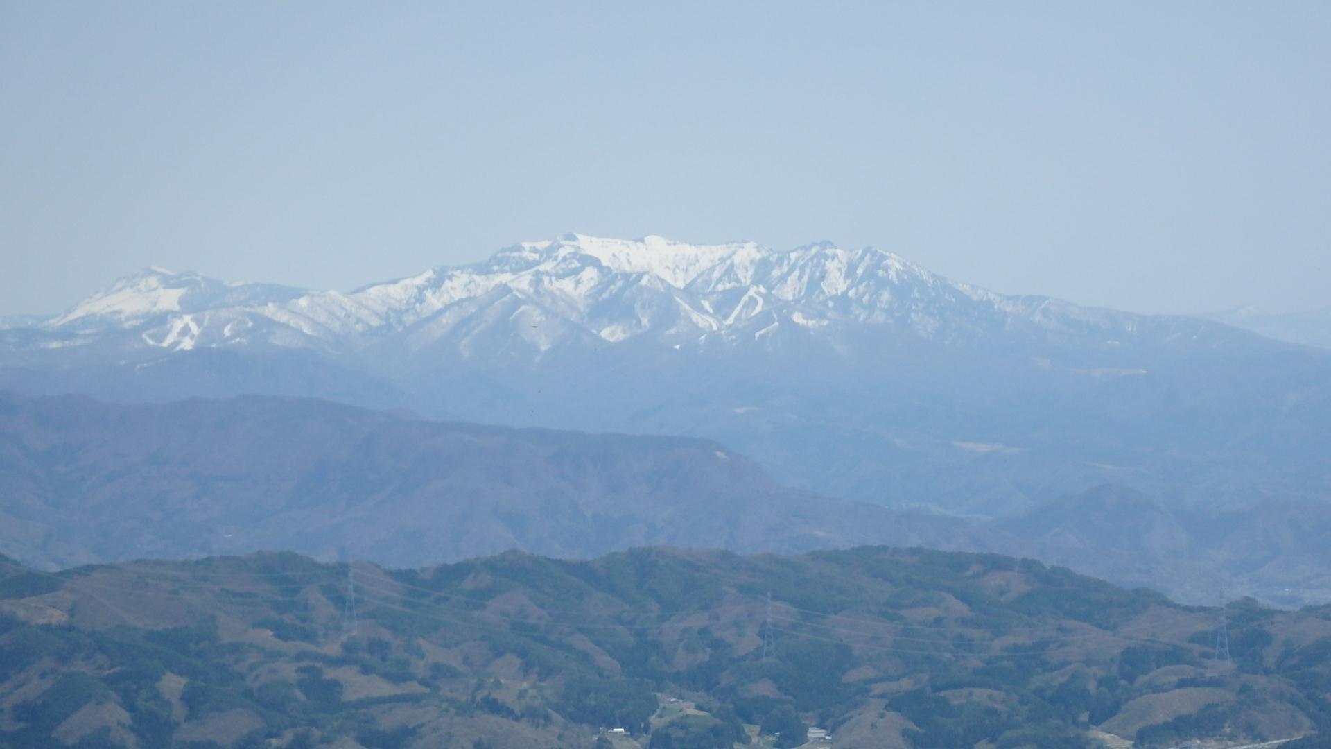 左)至仏山、右武尊山P4302154