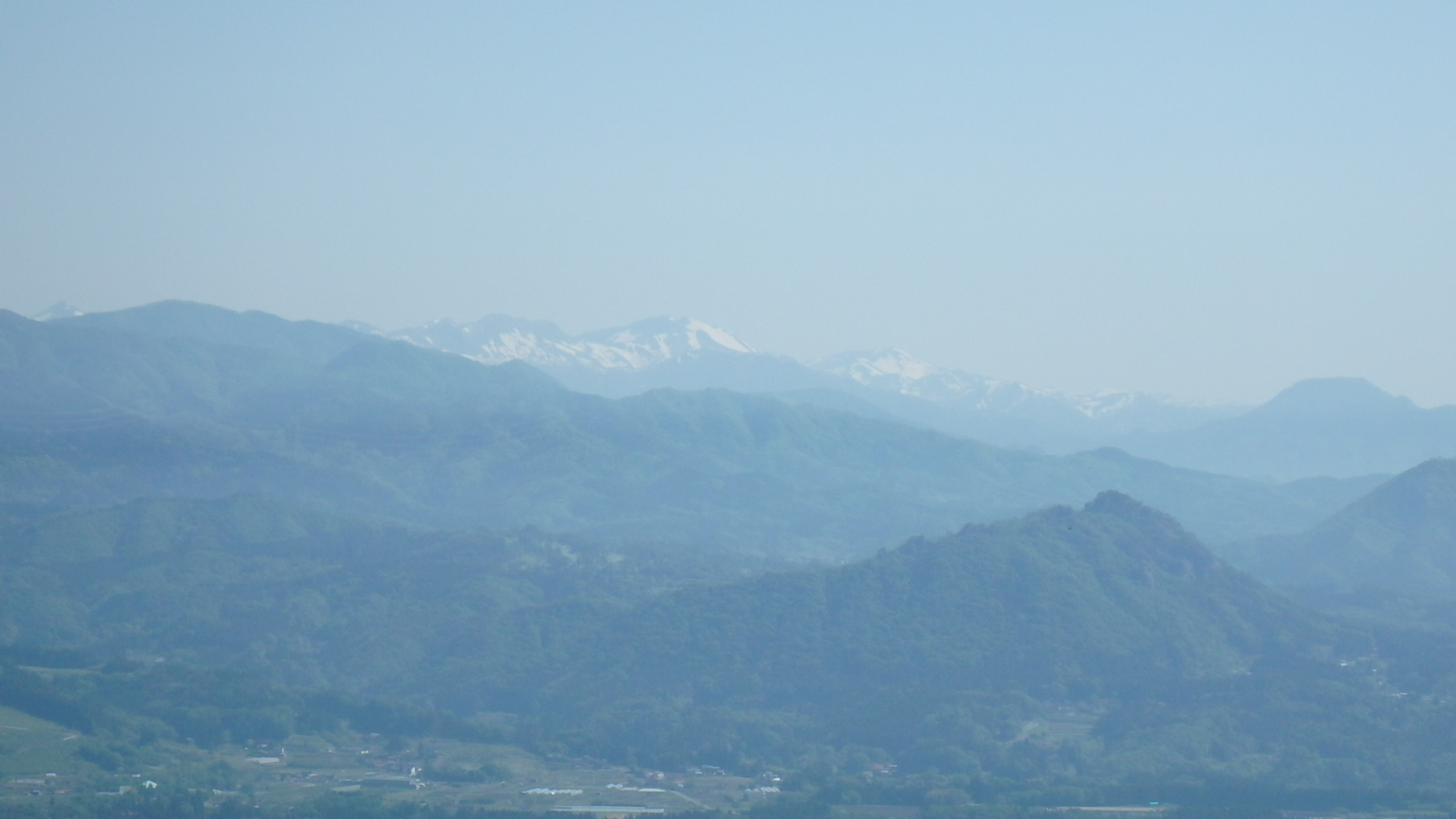 手前に嵩山、奥に谷川~仙ノ倉P5212837