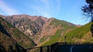 祖谷渓谷沿いの山道