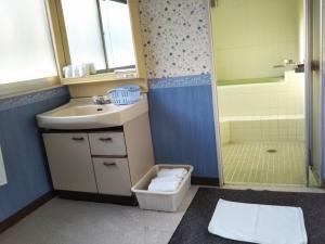 ホテルアネックス松美 洗面台と脱衣所