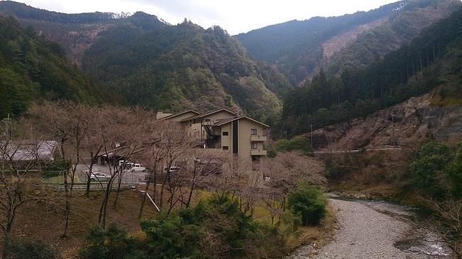 日高川沿いに建つ宿