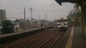 JR青島駅。普通列車。