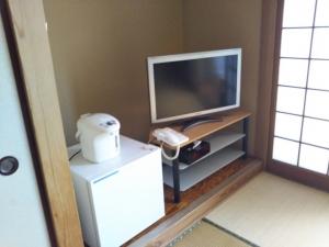 湯の里 渓泉。部屋。液晶テレビ、冷蔵庫、電気ポット。