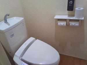 湯の里 渓泉。部屋。トイレ(洗浄機能付き便座)。