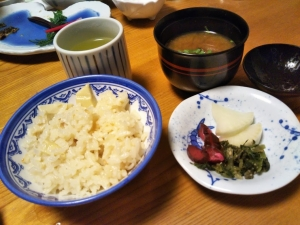 湯の里 渓泉。夕食。和会席料理、飯ものと味噌汁。