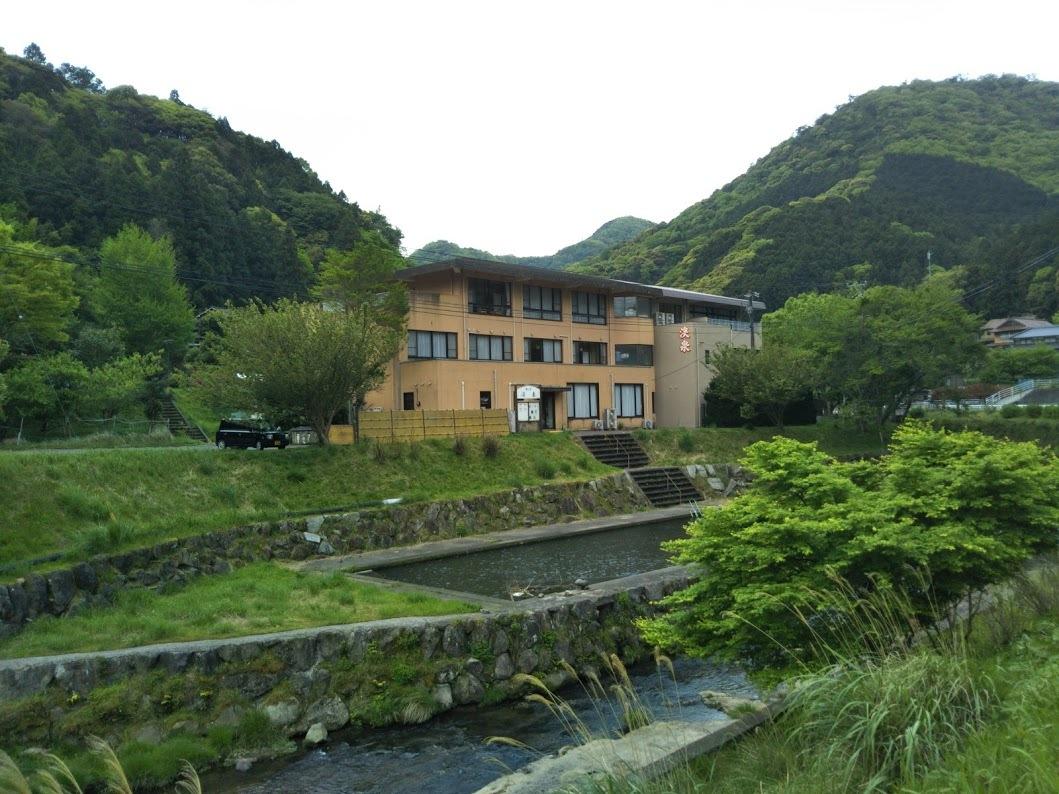 湯の里 渓泉。川沿いに建つ一軒宿。
