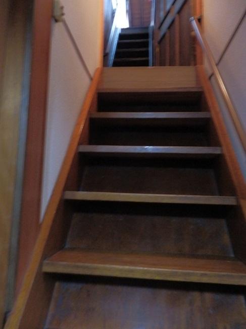 3階へ上がる急な階段
