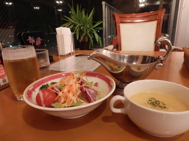 グラスビールとサラダ、スープ
