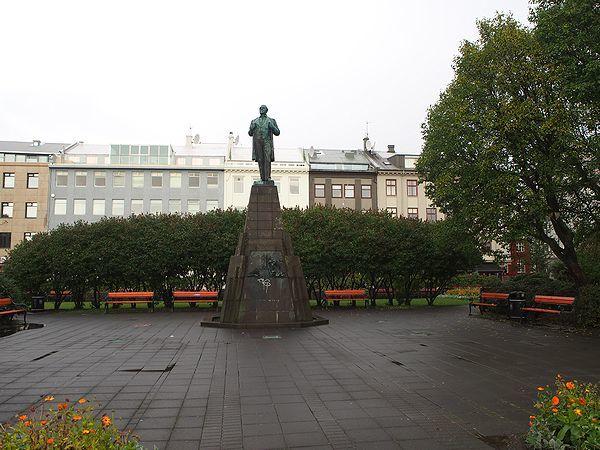 ヨウン・シグルズソンの銅像