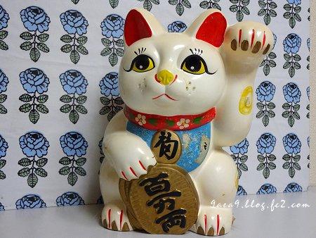 marimekko を背にした 招き猫 1