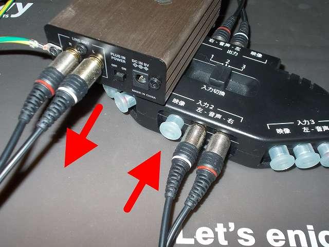 オーディオテクニカ audio-technica マイクロフォンアンプ AT-MA2 のライン出力端子(LINE OUT)と朝日電器 ELPA エルパ ASL-E311 AVセレクターの入力端子に、朝日電器 ELPA エルパ AD-101 オーディオケーブル ピンプラグ 1m を接続