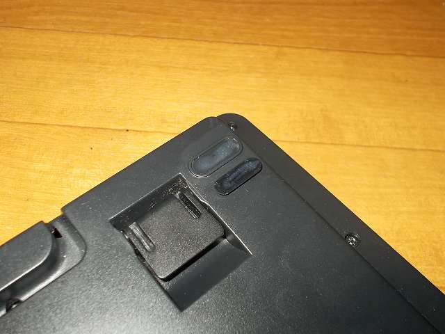 セメダイン プラスチック・合成ゴム用強力接着剤 AR-530 UT110 P20ml、ダーマポイント タクティカルキーボード テンキーレスタイプ DRTCKB91UP2 ゴム足補修、ゴム足の接着面を無水エタノールとキムワイプできれいにして、接着剤を付属のヘラで薄く塗り広げる。すぐに貼り合わせず、5分(夏)~10分(冬)放置する