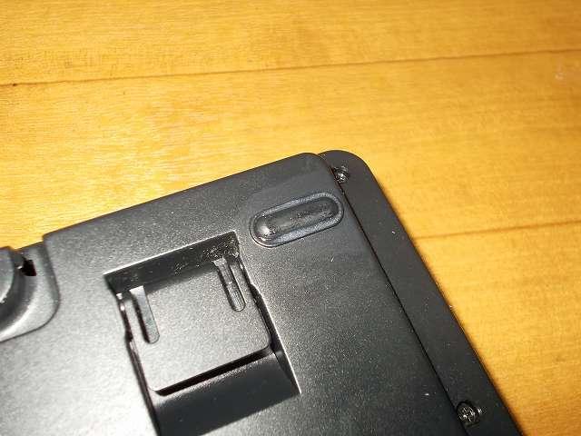 セメダイン プラスチック・合成ゴム用強力接着剤 AR-530 UT110 P20ml、ダーマポイント タクティカルキーボード テンキーレスタイプ DRTCKB91UP2 ゴム足補修、接着剤を塗ってから 5分(夏)~10分(冬)後に接着面を貼り合わせる。塗りすぎた接着剤ははみ出るので付属のヘラを使って余分な接着剤をふき取る