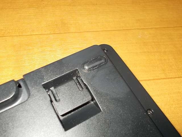 セメダイン プラスチック・合成ゴム用強力接着剤 AR-530 UT110 P20ml、ダーマポイント タクティカルキーボード テンキーレスタイプ DRTCKB91UP2 ゴム足補修、ゴム足が完全に接着するまで、キーボードのゴム足を地面側に向けて 24時間(23度)以上置いて放置。完全に接着するまで横にズレてはがれやすいので注意