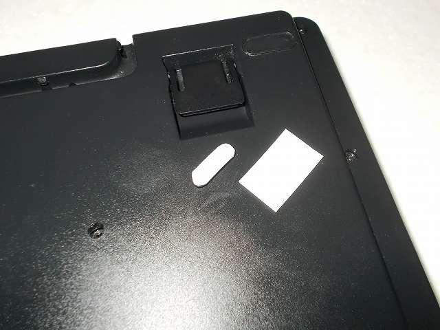 ニトムズ T4550 超強力両面テープ プラスチック用 薄手 0.12mm 15mm 10m、ダーマポイント タクティカルキーボード テンキーレスタイプ DRTCKB91UP2 ゴム足補修、無水エタノールとキムワイプで接着面をきれいにしてからゴム足に両面テープ貼り付け