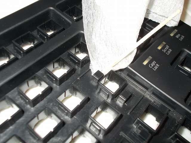 ダーマポイント タクティカルキーボード テンキーレスタイプ DRTCKB91UP2 ハウジングフレームのスタビライザー軸穴にたまったグリスを、無水エタノールを染み込ませたキムワイプをつまようじで奥に押し込み、グリスをふき取る