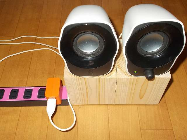 ロジクール Stereo Speakers Z120BW 音質改善環境完成、国産ヒノキ 90mm角材×長さ100mm 無塗装 木製インシュレーター、大里 セーフティークッション 25丸 PR-001 3点支持、USB 電源を PC・USB ハブからパナソニック スマートフォン対応 USB 出力 AC アダプター QE-AP108-D に変更