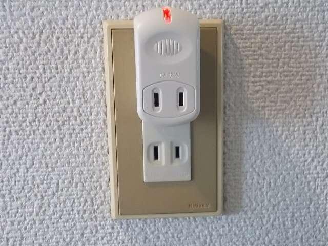 オーム電機 電源タップ 雷ガードタップ 1口 HS-A1234W 1個 壁コンセントに差し込んだ状態、強力雷サージ軽減素子作動中は赤く点灯する
