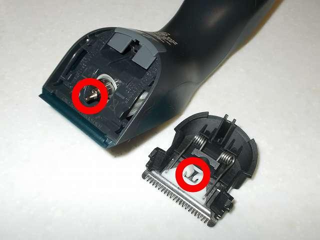 フィリップス 電動バリカン ヘアーカッター 交流式 HC3402/15 刃の白いプラスチック軸穴につまった髪をクリーニング、モーター軸のグリスに付着した髪をクリーニング、一緒に白いグリス除去