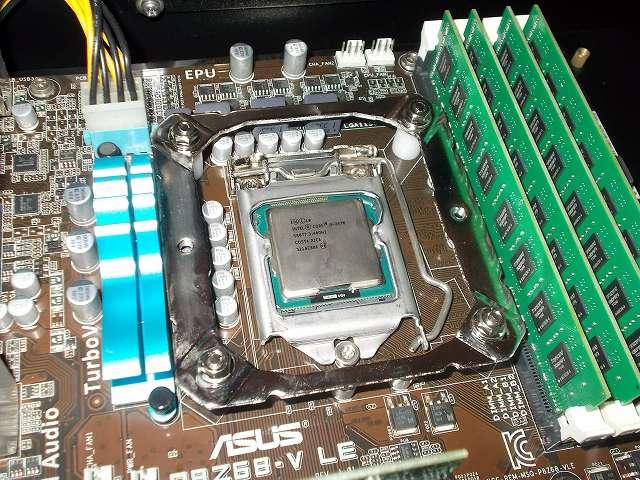ASUS P8Z68-V LE LGA1155 マザーボード CPU ソケット側、REEVEN OURANOS RC-1401 Intel 用バックプレート+付属シリコンワッシャー+付属バックプレートネジ+付属スペーサー+付属マウントブラケット+を取り付けて、バックプレートネジ頭に付属レンチを使って付属ナットを締めた状態、DDR3 メモリとマウントブラケットのクリアランス