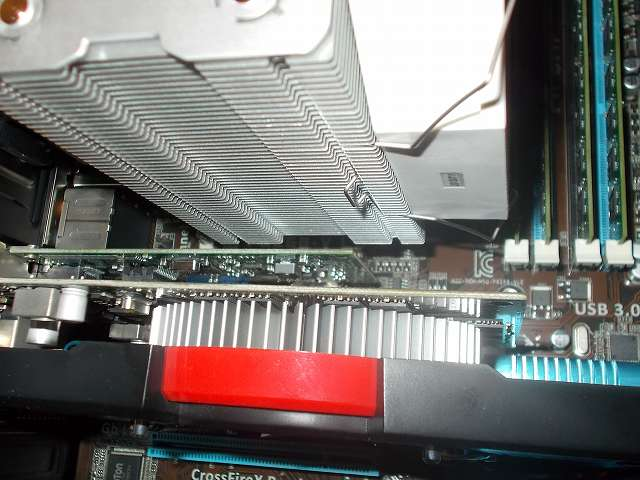 ASUS P8Z68-V LE LGA1155 マザーボードに装着した REEVEN OURANOS RC-1401 CPU クーラーのファングリップ突起部