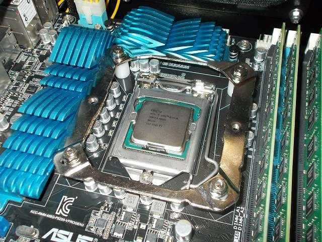 ASUS P8Z68-V PRO/GEN3 LGA1155 マザーボード CPU ソケット側、REEVEN OURANOS RC-1401 付属マウントブラケット+付属スペーサーを取り付けて、バックプレートネジ頭に付属レンチを使って付属ナットを締めた状態