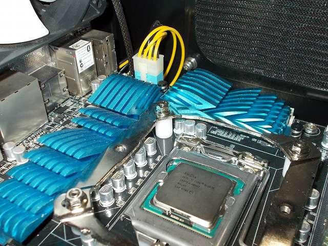 ASUS P8Z68-V PRO/GEN3 LGA1155 マザーボード CPU ソケット側、REEVEN OURANOS RC-1401 付属マウントブラケット+付属スペーサーを取り付けて、バックプレートネジ頭に付属レンチを使って付属ナットを締めた状態、VRM ヒートシンクとマウントブラケットのクリアランス
