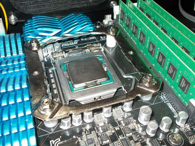 ASUS P8Z68-V PRO/GEN3 LGA1155 マザーボード CPU ソケット側、REEVEN OURANOS RC-1401 付属マウントブラケット+付属スペーサーを取り付けて、バックプレートネジ頭に付属レンチを使って付属ナットを締めた状態、DDR3 メモリとマウントブラケットのクリアランス