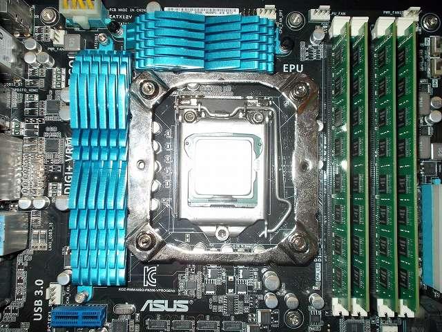 ASUS P8Z68-V PRO/GEN3 LGA1155 マザーボード CPU ソケット側、REEVEN OURANOS RC-1401 付属マウントブラケット+スペーサーを取り付けて、バックプレートネジ頭に付属レンチを使ってナットを締めた状態、VRM ヒートシンク、DDR3 メモリとマウントブラケットのクリアランス