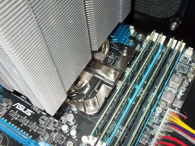 ASUS P8Z68-V PRO/GEN3 LGA1155 マザーボードに REEVEN OURANOS RC-1401 付属マウントブラケットを固定した状態で、CPU に Thermal Grizzly Kryonaut 1g オーバークロック用特別設計高性能熱伝導グリス TG-K-001-RS を塗布、REEVEN OURANOS RC-1401 CPU クーラーとマウントバーを装着してネジを締めたところ(DDR3 メモリ側)