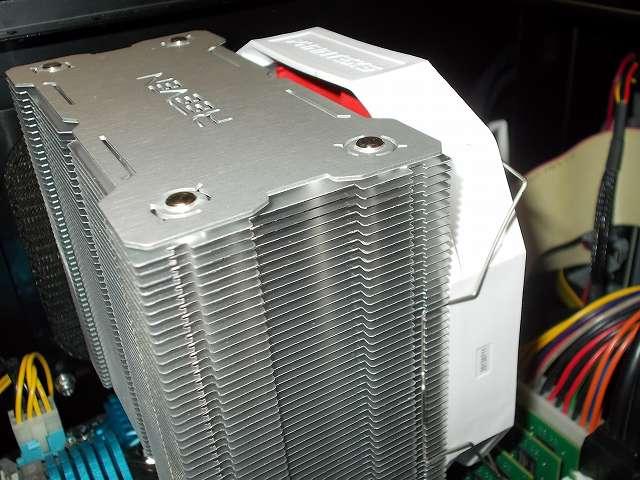 ASUS P8Z68-V PRO/GEN3 LGA1155 マザーボード、REEVEN OURANOS RC-1401 CPU クーラーに装着した Phanteks PH-F140HP_RD 140mm口径 PWM 汎用ファンの取り付け位置、ファンの取り付け位置を下げると CPU クーラー固定用マウントバーのネジがファンと接触してしまうため、ファンがネジと接触しない程度の位置に固定した場合は画像のような高さの位置になる