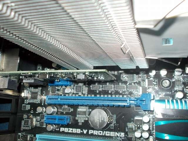 ASUS P8Z68-V PRO/GEN3 LGA1155 マザーボードに装着した REEVEN OURANOS RC-1401 CPU クーラーと PCI Express スロット Intel Gigabit CT Desktop Adapter EXPI9301CT とのクリアランス