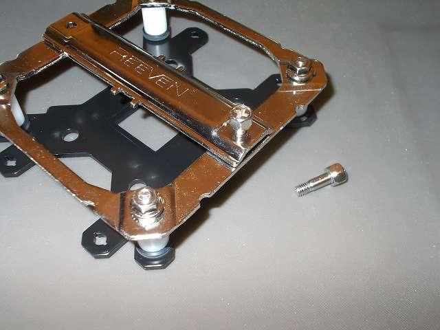 REEVEN OURANOS RC-1401 サイドフロー型 CPU クーラー マウントブラケットにマウントバーを取り付けてネジを締めたところ